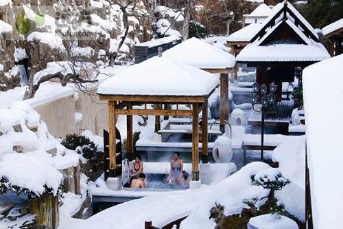 雪景中的室外温泉,享受这惬意的美好时光
