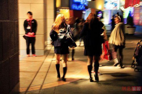 日本女生冬天穿丝袜超短裙不怕冷?