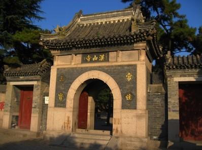 在市南区东部湛山西南,太平山东麓,为青岛市区唯一的佛寺.