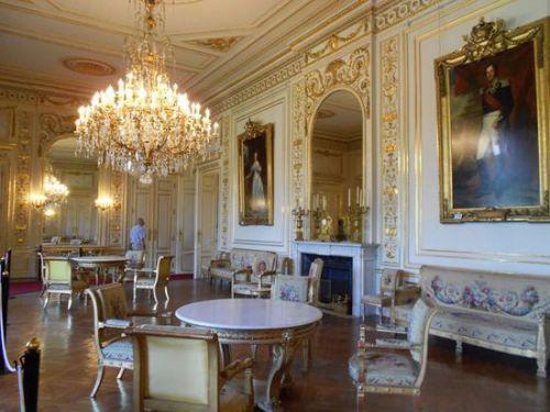 皇宫的内部参照法国凡尔赛的式样,装饰有大量的壁画,水晶灯饰,设有图片