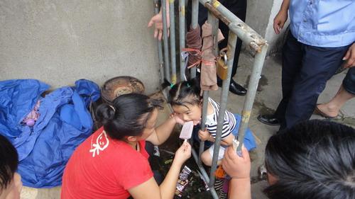 四岁女童头被夹 公安民警积极营救