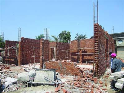 村民自建民房砖墙倒塌 四名工人差点被埋