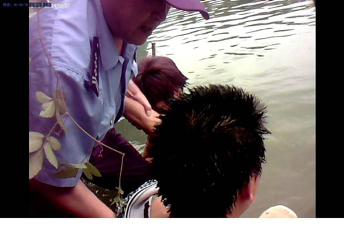 市公安局勇救落水母子得群众赞扬