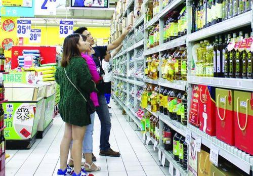 甚至有些品牌食用油在包装桶的封口处还另外挂上一些