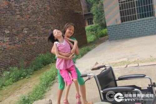 13岁女孩背同学上学近4年:我愿做你的双脚