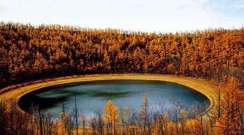 低语之森东方的神龛-藏在森林里的月亮天池   油画般的森林之秋   呼伦贝尔草原也熟透了,