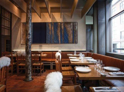 餐厅的地板及家具都以原木色为主色调,刻意做旧的地板与老厂房建筑