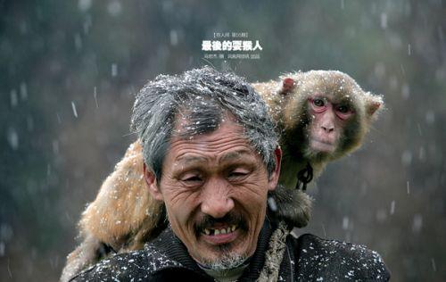 猴子为什么跟人�y.b9`�_河南耍猴人:猴子就是家人 女人会亲自哺乳失母小猴