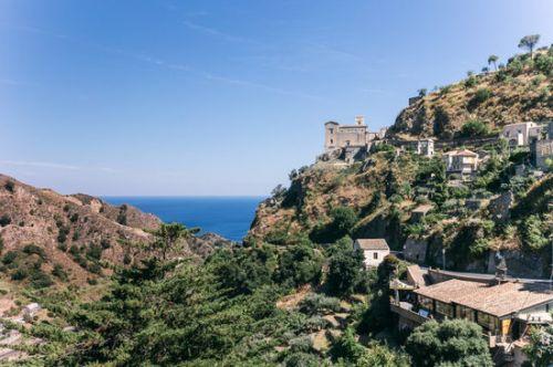 说到西西里第一反应不是爱奥尼亚海的美景而是黑手党,因为西西里就是