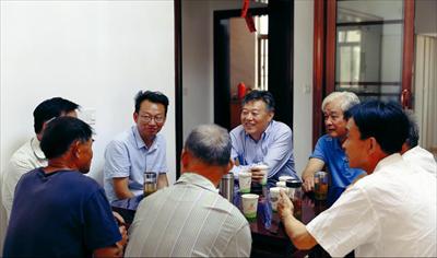 图:在坞坵村陈家湾,周勤第(中)与村民拉家常、听民声。本报记者 朱琪摄
