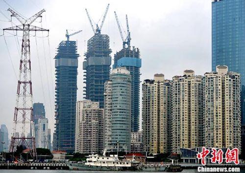 资料图:厦门房地产开发商正在建设中的高达64层的海景楼盘。 <a target='_blank' href='http://www.chinanews.com/'>中新社</a>记者 张斌 摄
