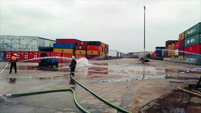 图:救援人员将叉车火扑灭。