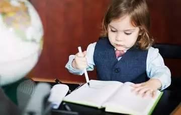 不写作业时,母慈子孝,连搂带抱;一到写作业,鸡飞狗跳,乌嗷喊叫。