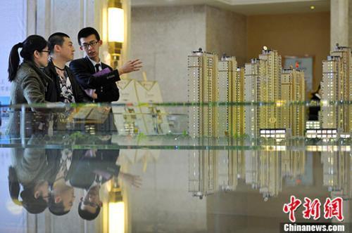 资料图:置业顾问向民众推荐商品房户型。 <a target='_blank' href='http://www.chinanews.com/'>中新社</a>记者 韦亮 摄