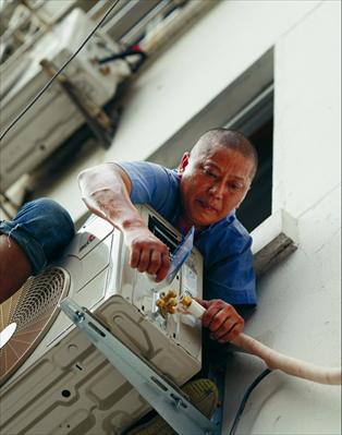 天气越热他们越忙 空调安装工攀爬在楼宇间