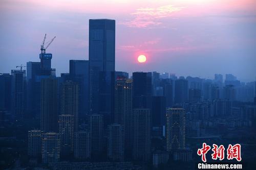 8月2日,中国指数研究院发布的数据显示,7月受监测的29个主要城市商品住宅成交面积环比下降8.69%,近六成城市成交环比下滑;29城楼市成交同比下降约26%。资料图为重庆高楼。<a target='_blank' href='http://www.chinanews.com/'>中新社</a>记者 陈超 摄