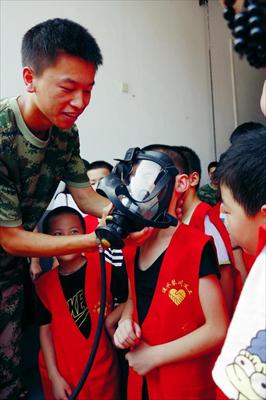 图:小朋友试戴呼吸器面罩。