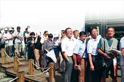图:众多集邮爱好者从各地赶来常熟参加签售,排起长队一睹马丁·莫克风采。