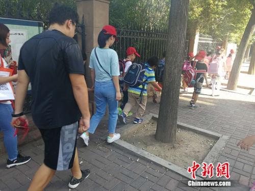 某托管机构借小学生放学 <a target='_blank' href='http://www.chinanews.com/' >中新网</a>记者 张尼 摄