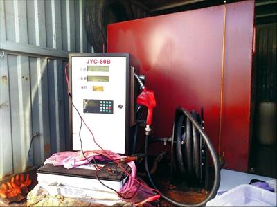 图:被查扣的非法加油车内,加油机连着一个电瓶,加油枪的皮管连着储油罐,俨然一个小型加油站。