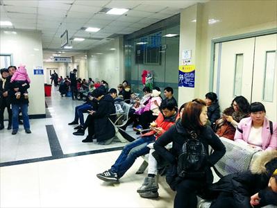 图:市中医院儿科门诊爆满。
