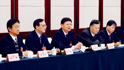 昨日,苏州市委副书记、代市长李亚平(左三)参加苏州市十六届人大二次会议常熟市代表团会议,审议《政府工作报告》。谢健摄