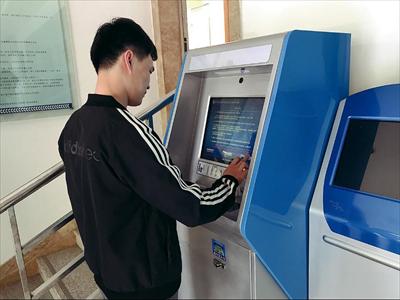 图:梅李派出所办证大厅内,市民正在使用港澳台自助签注机。