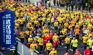 4月15日,参赛选手在2018武汉马拉松比赛中。新华社  记者 熊琦摄