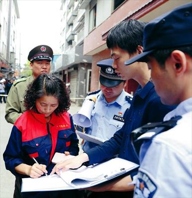 图:安定村整改现场,相关责任人签署《告知书》。见习记者 朱琪摄