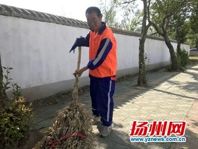 在西湖镇台扬路,有一名环卫工叫杨如兴,今年61岁,他每天和其他环卫工一样按时按点来到岗位上,清扫、保洁,尽职尽责,不同的是,他只有一只胳膊。