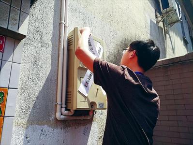 图:昨日,虞山街道开展联合执法,工作人员正在对整改不到位的消防隐患场所采取断电措施并张贴封条。本报记者 王钱欣摄