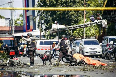 5月13日,在印度尼西亚东爪哇省泗水市,警察在发生爆炸的教堂外查看。新华社 发
