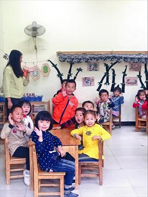 图:土门学校里,幼儿园小朋友向常熟来客热情地打招呼。