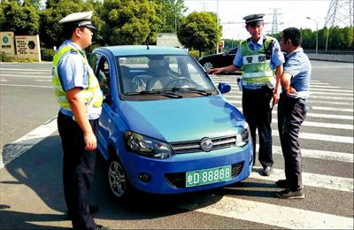 """图:交警正在查扣""""山寨""""新能源汽车。"""