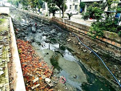 图:西横浜,水力挖塘清淤。