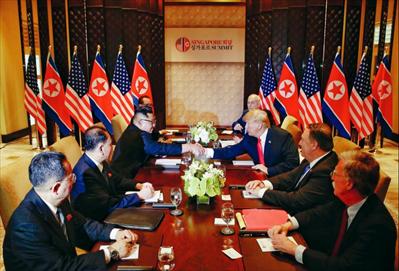 6月12日,朝鲜最高领导人金正恩(左三)与美国总统特朗普(右三)在新加坡举行会晤。新华社 发