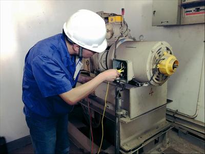 图:专业技术人员对红枫苑10幢的老旧电梯进行安全评估。