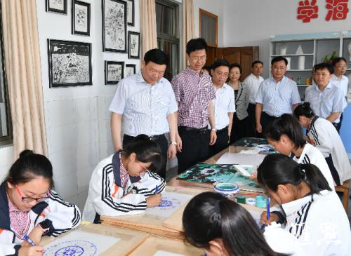 娄勤俭书记在南京市六合区雄州初级中学调研。