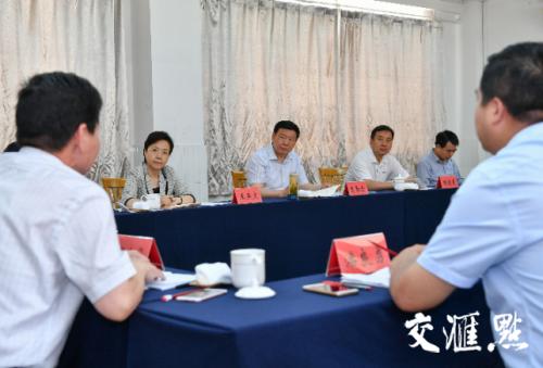 娄勤俭书记在扬州市仪征高级中学主持召开小型座谈会,广泛听取教育部门负责人、中学校长、教师和学生家长的意见建议。