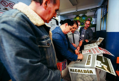 图为7月1日,墨西哥民众在首都墨西哥城的一处投票站投票。本届总统选举设立15.6万个投票站,注册选民超过8900万,选举将选出总统、约3400名联邦和地方议员以及部分地方州长。