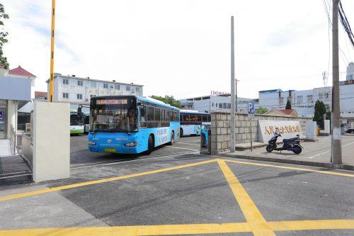 城乡公交正在驶出车站
