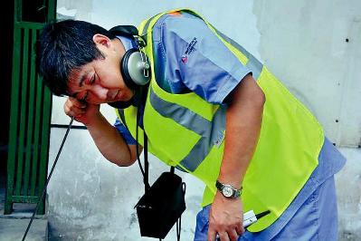 徐东明在用听漏仪检测水管问题