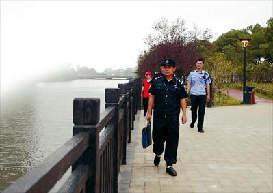 图:执法人员正在巡查。见习记者朱琪摄
