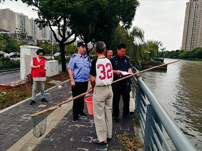 图:执法人员对违规捕捞者进行宣传劝导,暂扣作业工具。