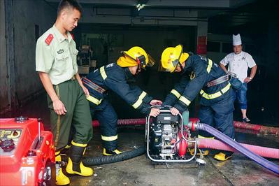小图:虞山消防中队正在新颜路某酒店地下车库排水。本报记者李献摄