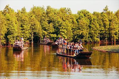 图:游客乘坐竹筏感受尚湖水上森林。见习记者朱琪摄