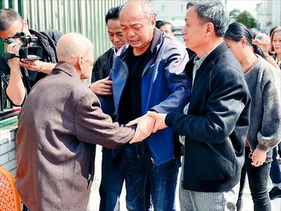 图:刘玉林(中)与亲人相见。