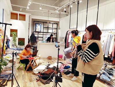 图:女装店工作人员正在忙碌。