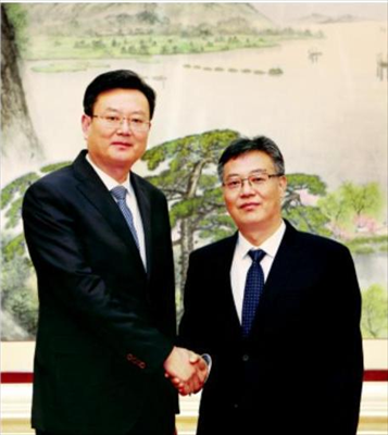 图:周勤第(右)与焦亚飞(左)亲切握手。本报记者谢健摄
