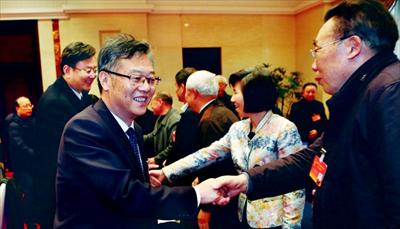 昨日,周勤第、焦亚飞、杨崇华、韩卫兵等市四套班子领导看望慰问列席两会的老同志,并与他们亲切握手。本报记者谢健摄